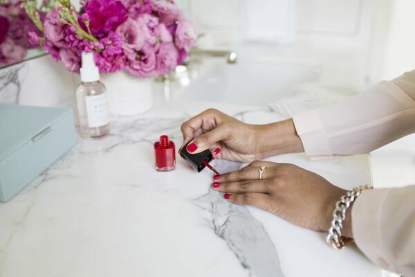 Защо ноктите ви се разслояват и как да ги спрете?
