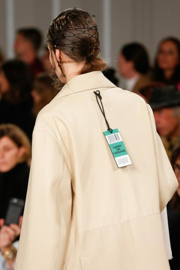 Модната къща Maison Margiela не се притеснява да сложи етикетите на видими места в колекцията си