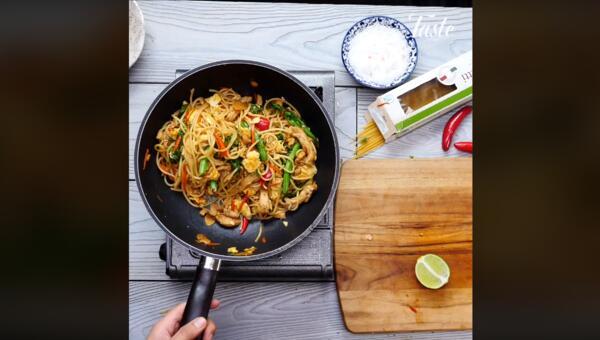 Пиле със зеленчуци и паста на тиган (ВИДЕО)