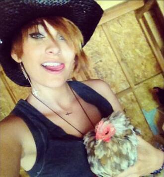 Парис Джексън се снима с кокошка и кучета