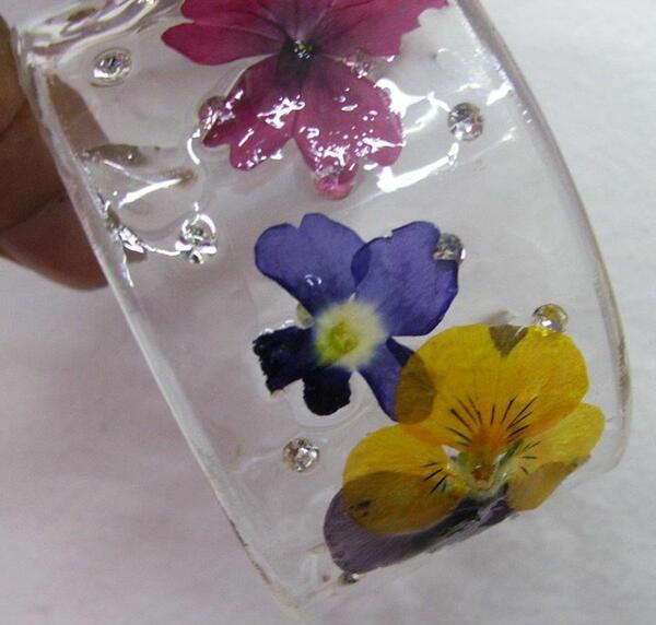 Магия в бижутата: цвете завинаги